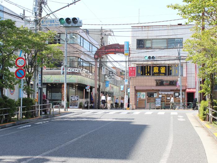 「幡ヶ谷不動尊入口」交差点を左折し、東日本銀行の方向へ進みます。