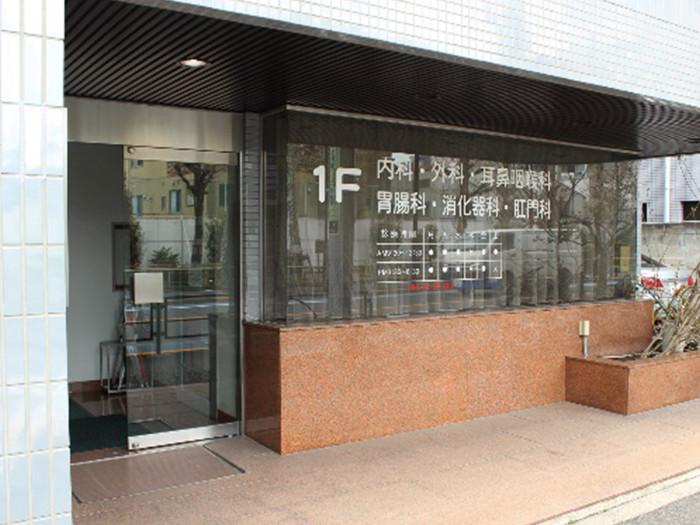 看板のあるビル1Fが当院となります。